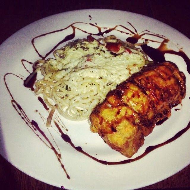 Hadock empanado acompanhado de Linguini gratinado com Yogurt de ervas. Leve para um fim de noite!