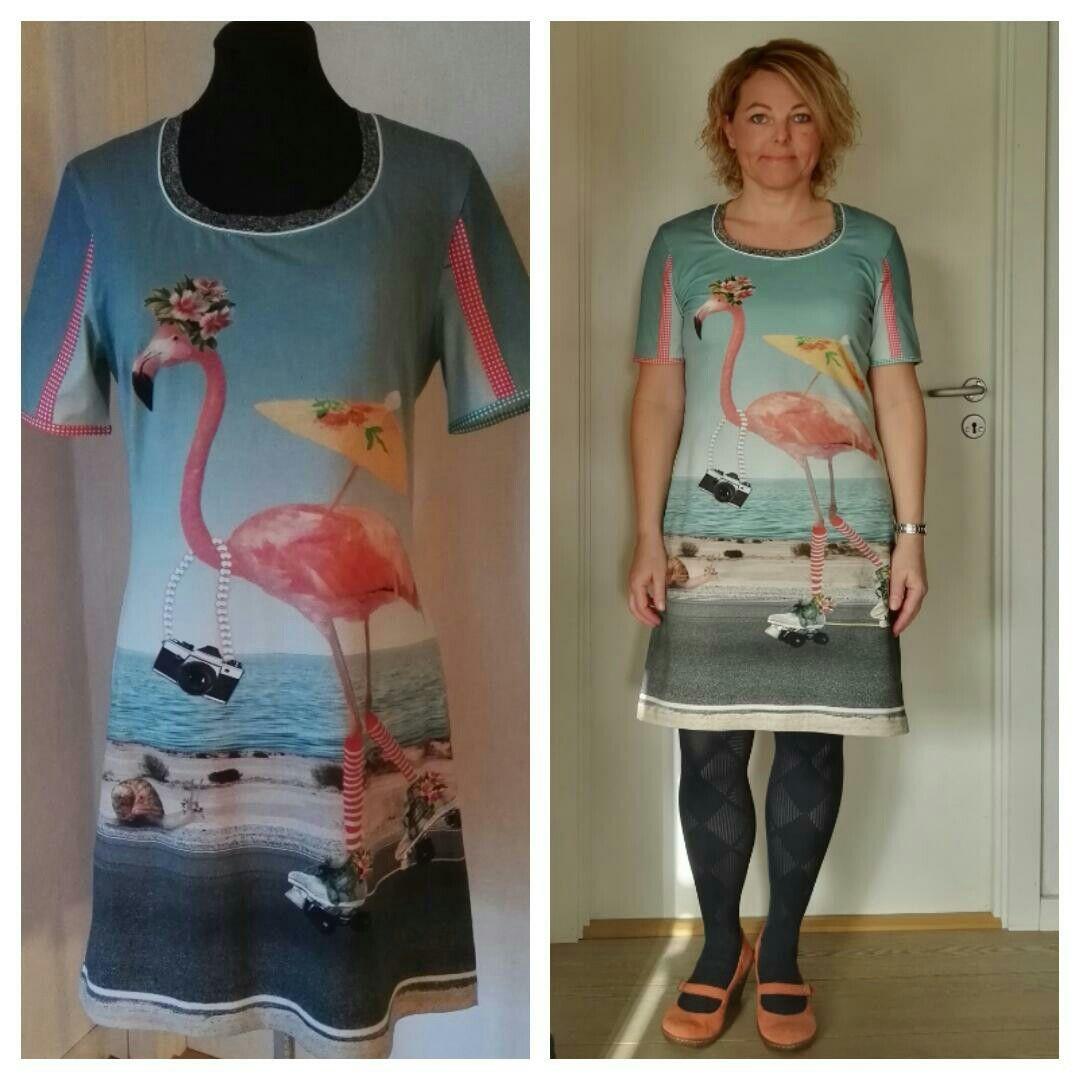 2017 februar. Jersey kjole med digital print. Flamingo og pelikan. Fast bånd i ærmer. Tittebånd i hals.