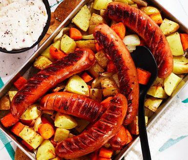 Tärnad potatis och morot samt lök rostas i ugnen på en het plåt. Smakrik bratwurst steks i panna och alltsammans serveras med en frisk röra av kvarg, rivet äpple och färskriven pepparrot. En brakmåltid!