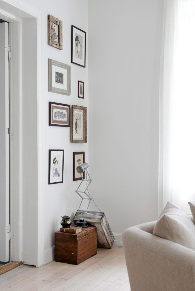 På en 200 år gammel kiste fra Hardanger står en unik, håndlaget - lampe für wohnzimmer