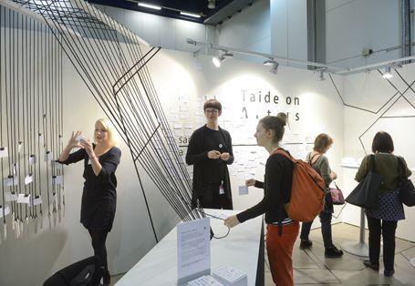 """Aalto-yliopiston taidekasvatuksen opiskelijat vuorovaikutteisella  """"Taide on - Art is"""" -pisteellään."""