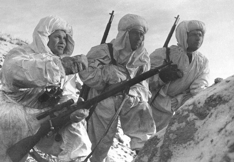 Sniper Vassili Zaitsev explains the task to newcomers