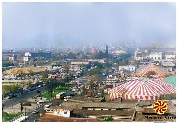 8 circos en la esquina de Alameda con General Velázquez durante la temporada de fiestas patrias. Década de 1980