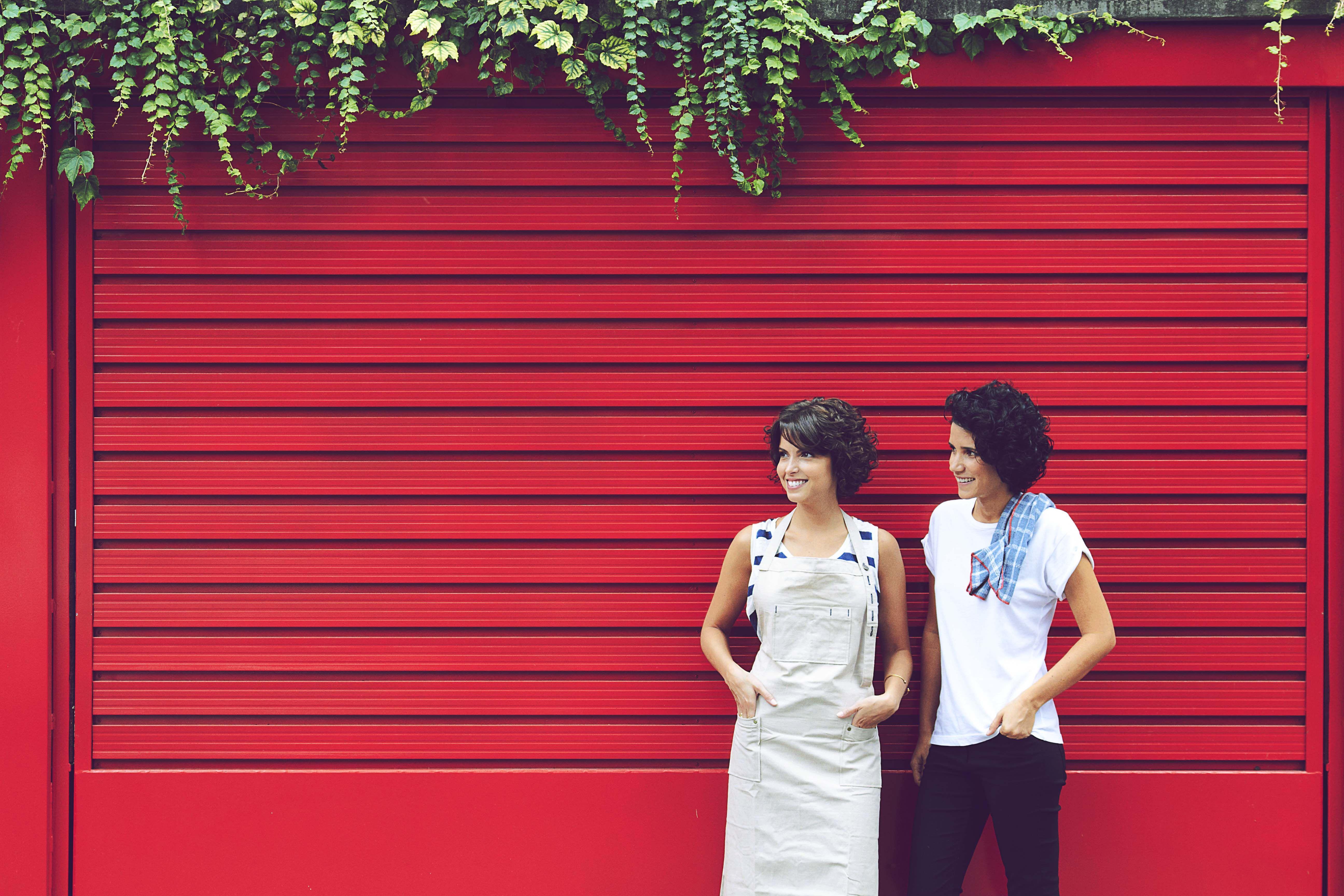 Larissa de avental craft e Joanna com guardanapo xadrez para il casalingo
