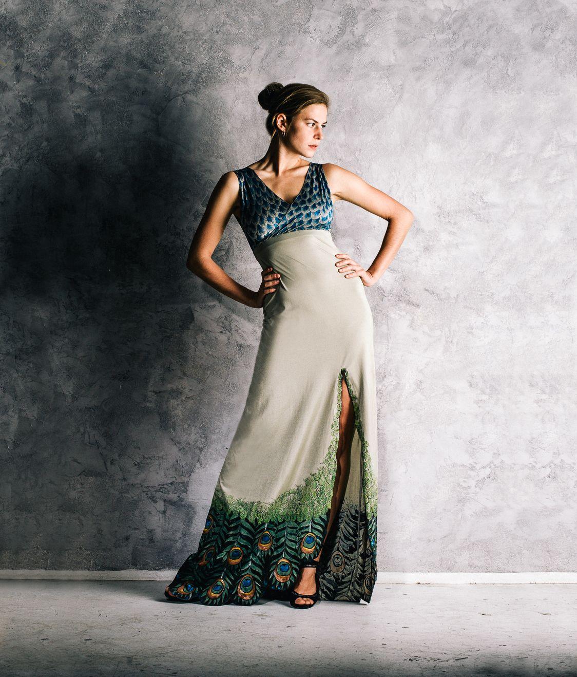 Ručně zdobené společenské šaty s pavím motivem Originální a naprosto  jedinečné společenské šaty. Jednoduchý střih d94e2f63ed