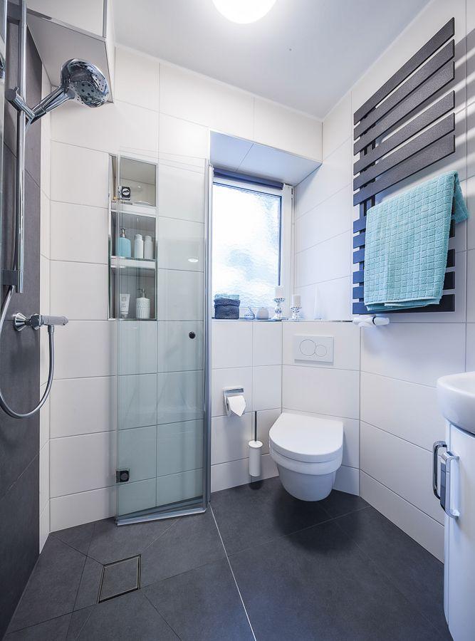 Der Platz im kleinen Bad wird durch die einklappbaren