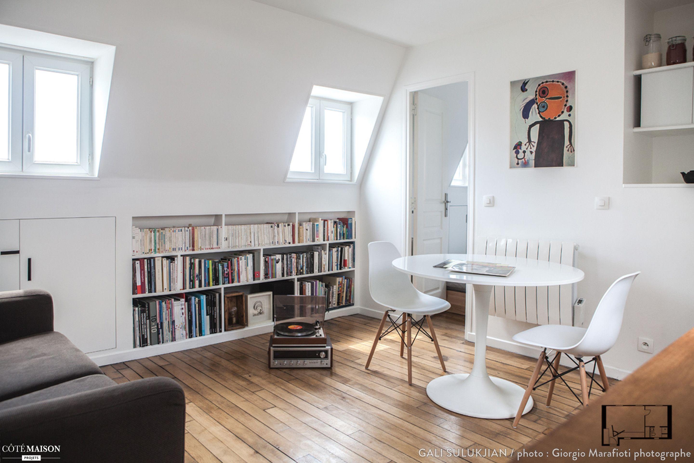 Salon contemporain avec parquet et rangement sur mesure.   Interior ...