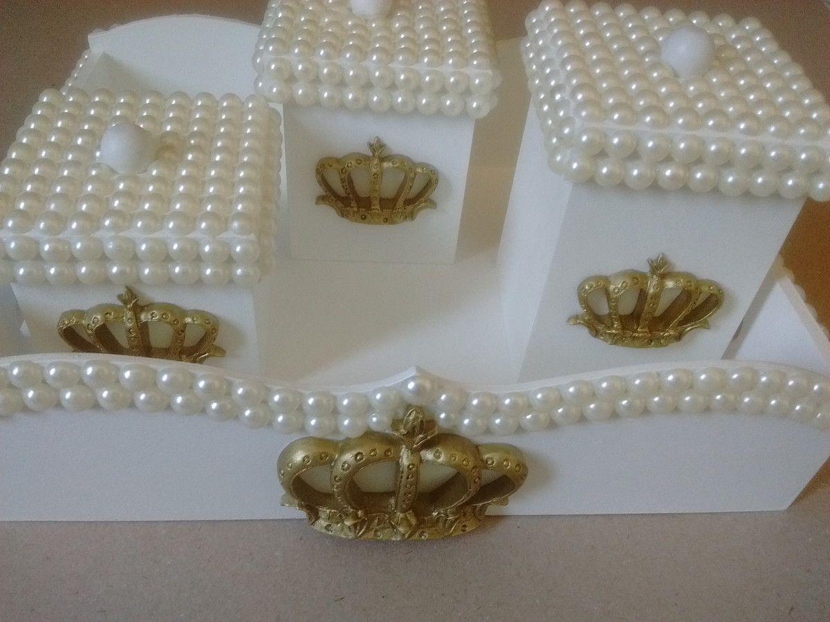 Kit higiene em mdf com pintura laqueada,pérolas e coroa em resina dourada, contendo 3 potinhos e 1 bandeja.  Fazemos personalizados e na cor e tema desejados.  So clique no botão COMPRAR, se realmente tiver certeza