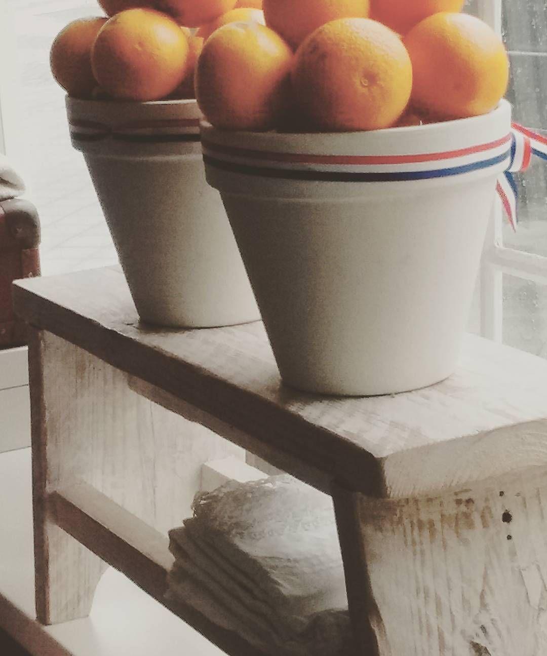 En? Zijn jullie er al klaar voor?  Ik hou van Koningsdag! De struintocht om 6.00 uur de aubade het sfeertje.. In mijn vensterbank liggen de sinaasappels als decoratie;) Alvast een mooie dag allemaal! #koningsdag#roodwitblauw#ikhouervan by huizekipkakel