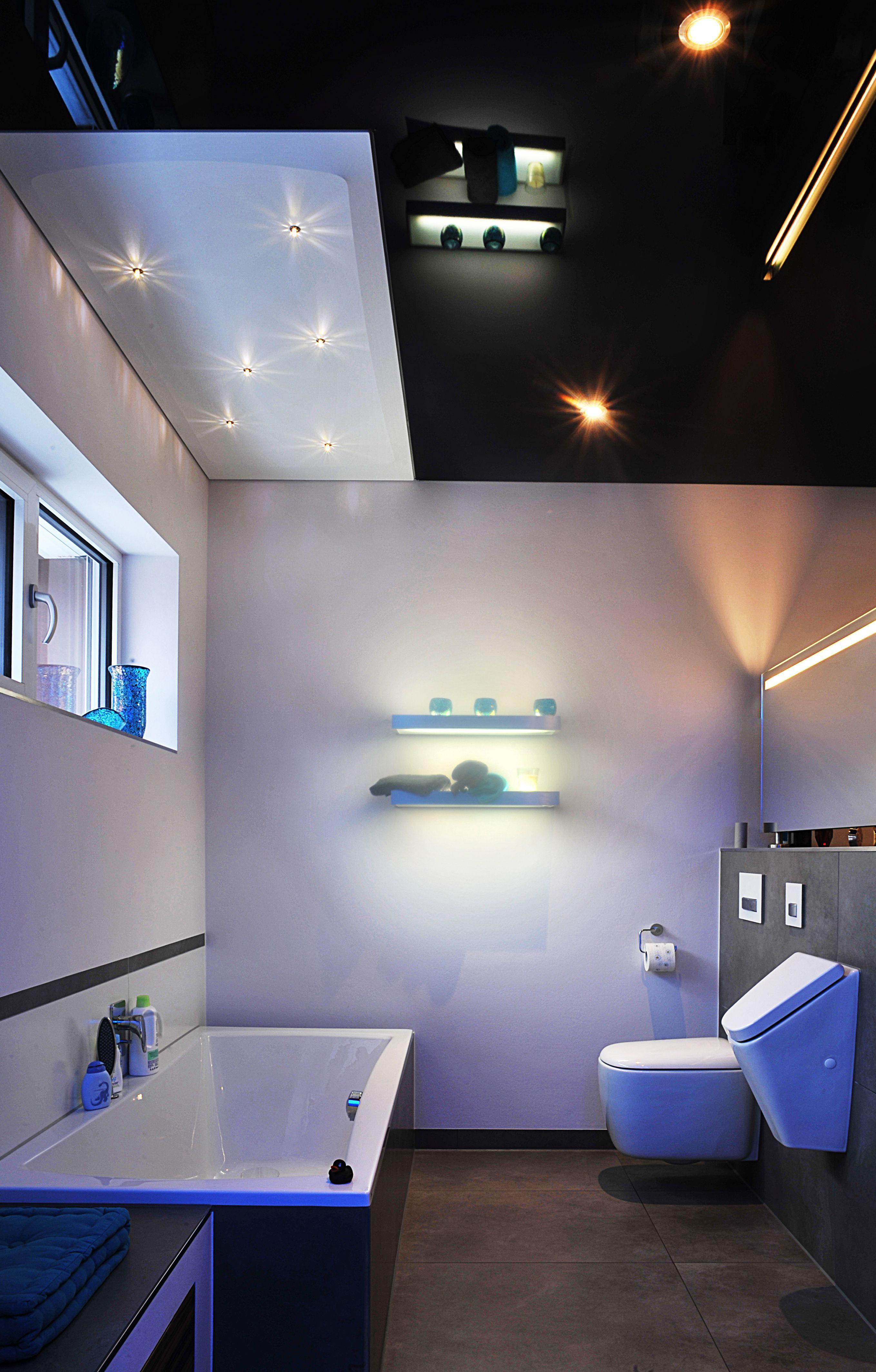 Badezimmer mit Schwarz glänzender Spanndecke und Swarovski ...