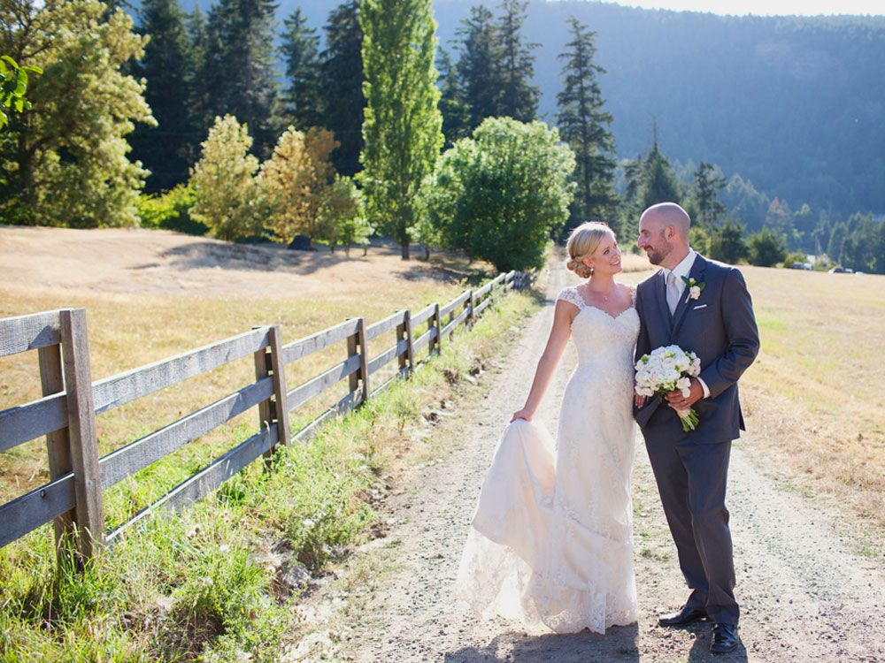 A Lovely Barn Wedding On Vancouver Island (With images ...