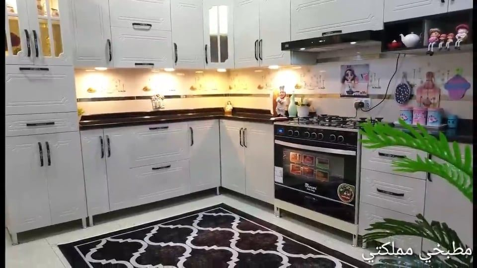 جولة في مطبخ بالخشب في اللون الأبيض Kitchen Kitchen Cabinets Decor