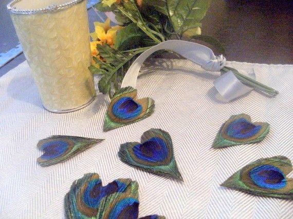 corazones hechos a partir de plumas de pavo real o