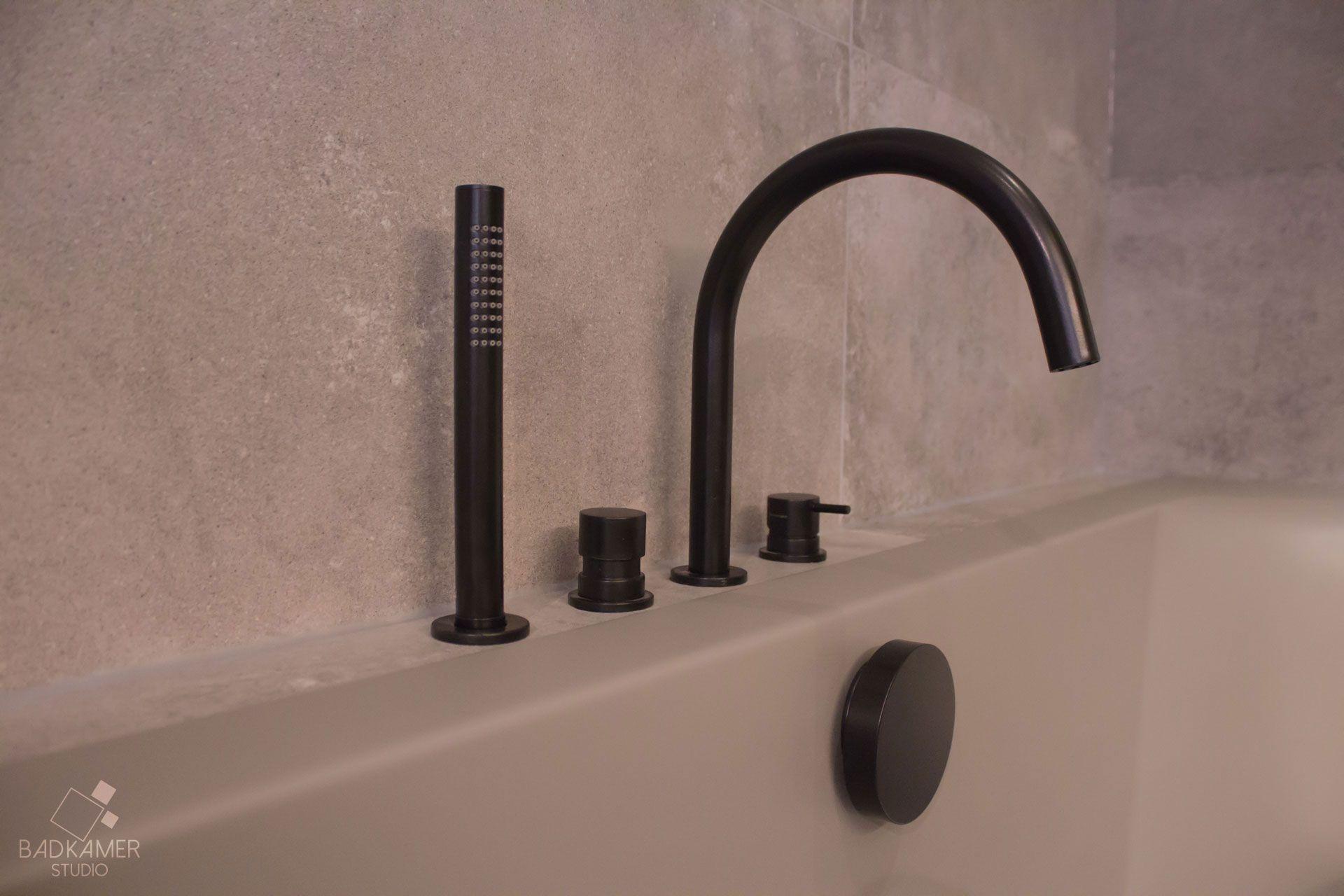 Matzwarte kraan uit badkamer trendy zwarte kranen mat zwart meir