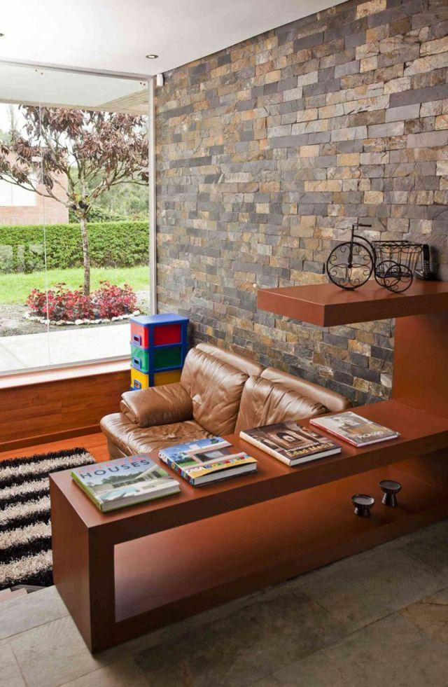 Steinwand bunt Gestaltung Ideen dunkle Holzmöbel Ledersofa Teppich - wohnzimmer design steinwand
