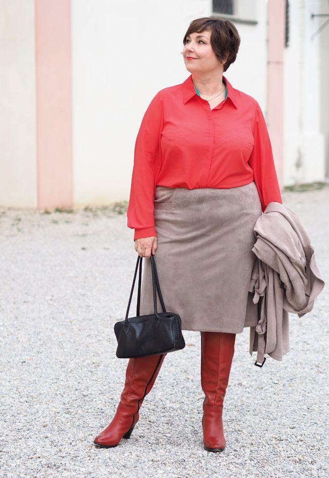 Kontrastprogramm: Rote Bluse und rote Stiefel zu beigem Rock und Mantel in  Plussize