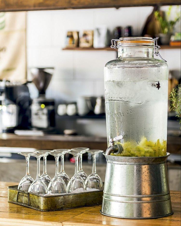 """2,846 curtidas, 13 comentários - CASA CLAUDIA (@revistacasaclaudia) no Instagram: """"No @hmfoodcafe, o galão de estilo vintage (@samsclubrasil) com água aromatizada fica no balcão…"""""""