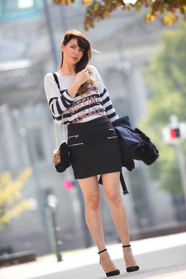 Look casual chic / pull esprit marinière à rayures et sequins, mini jupe  noire,
