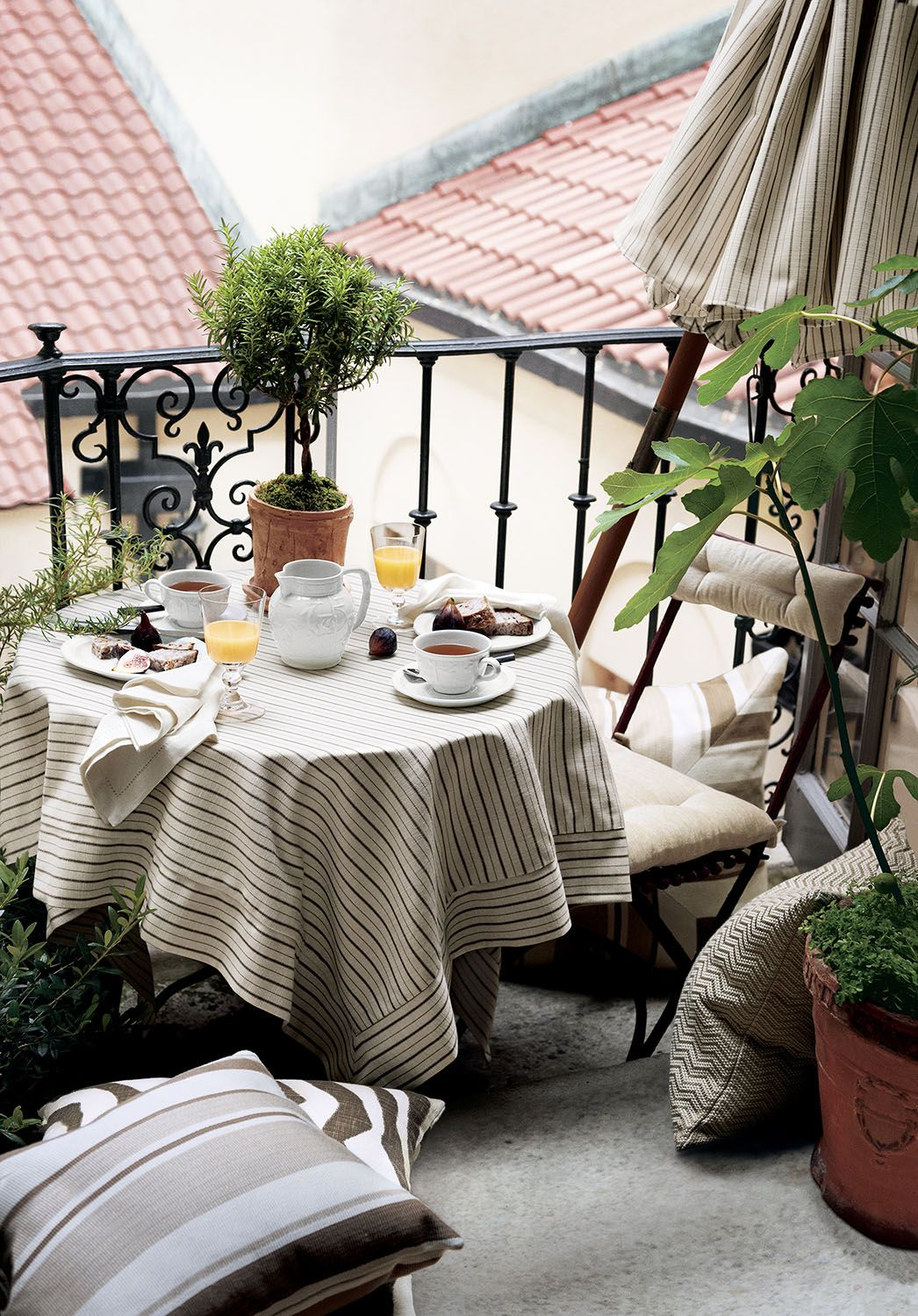 Terrace Dining Made Even Sweeter With Ralph Lauren Home Grlands Indoor Outdoor Fabric Collection