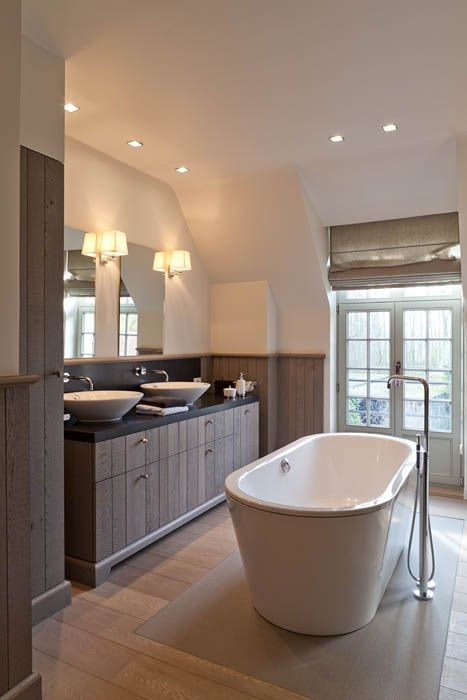 Een bad midden in de badkamer? Waarom niet! Dit geeft een enorm ...