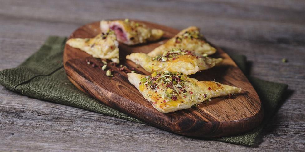 Triangolini di sfoglia ripieni di mortadella e cipolla caramellata la ricetta