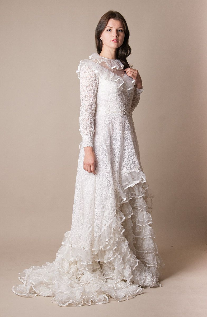 1970s White Lace Wedding Dress / Bridal gown with train