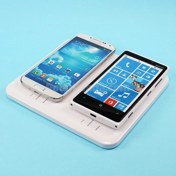 Tyylikäs ja kompakti latausalusta on yhteensopiva kaikkien Qi standardia tukevien puhelinten kanssa (Nokia Lumia, Nexus 4 jne). Vapauta itsesi kaapeleista! Aseta yksinkertaisesti puhelin laitteen päälle ja se latautuu langattomasti. LED-valo kertoo lataustilanteen. Kätevä kotiin tai toimistoon; pidä puhelin aina latausaseman päällä kun et käytä sitä. Näin akkusi on aina täynnä. Mikäli puhelimesi ei ole yhteensopiva, voi sille olla jo vaihdettava taustakuori tai kotelo saatavilla. 70€