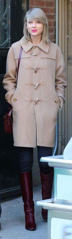 Taylor Swift, tan toggle coat