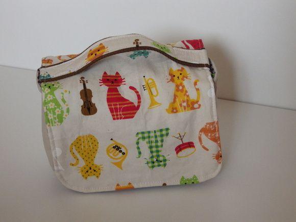 Porta fraldas usado na bolsa da mamãe ou do bebê, organizando os itens de troca, como fraldas, pomada e lenços umedecidos.    Ótima opção de presente e também de lembrança !    Largura 6,00cm Altura 13,00cm Comprimento 20,50cm R$ 45,00