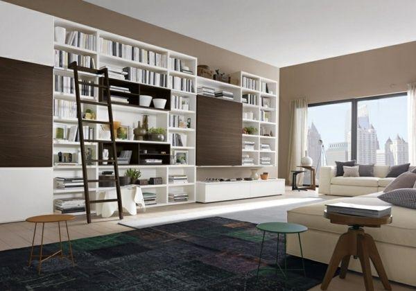 Modernes Wohnzimmer Holzleiter braune Töne Wandregale Bücher ...
