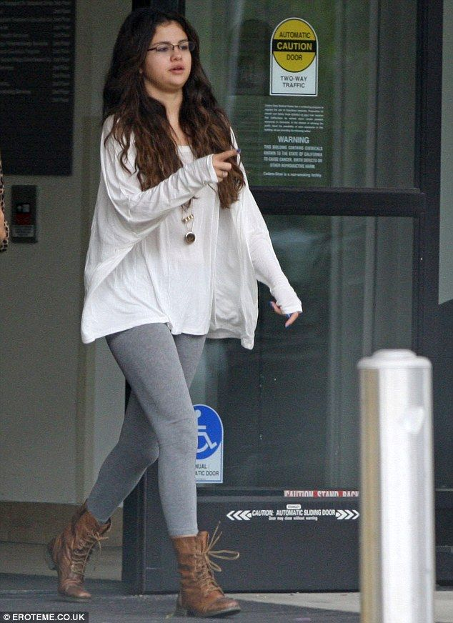 e41665ebe1064d Selena Gomez wears no make-up as she makes low key visit to the ...