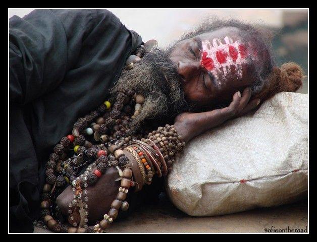 india men | Varanasi, India (man sleeping beads) - a photo by Sofieopdebeeck