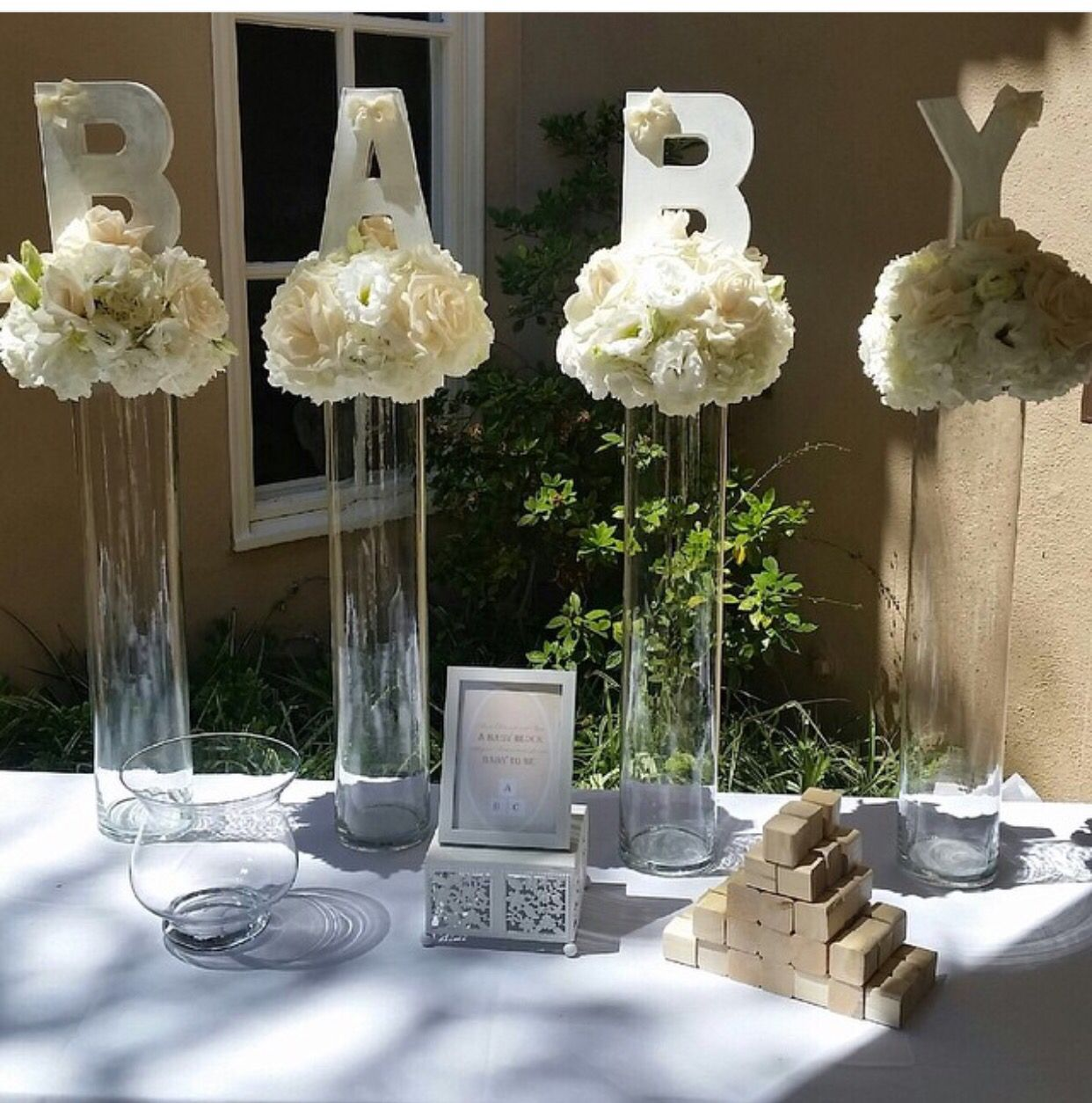 Baby shower idea could do red flowers and orange baby for Decoration table bapteme