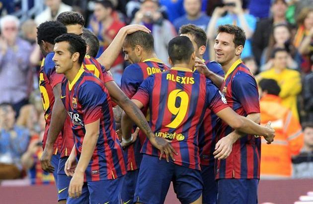 GRA226. BARCELONA, 16/03/2014.- El delantero argentino del FC Barcelona Lionel Messi (d) celebra con sus compañeros el gol que ha marcado al...