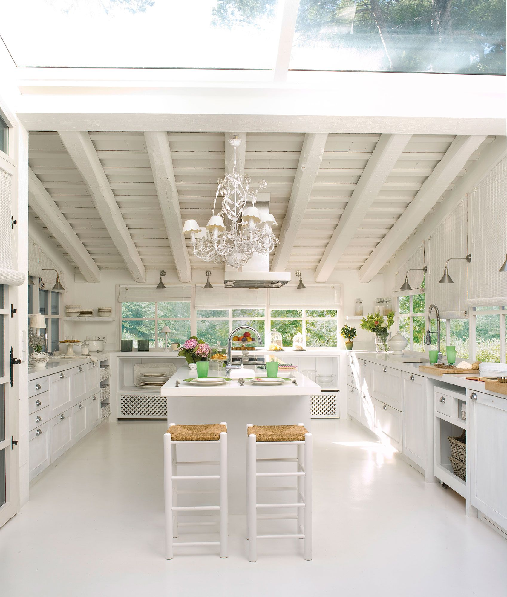 Cocina blanca con office y encimera de acero inoxidable | Estilo ...