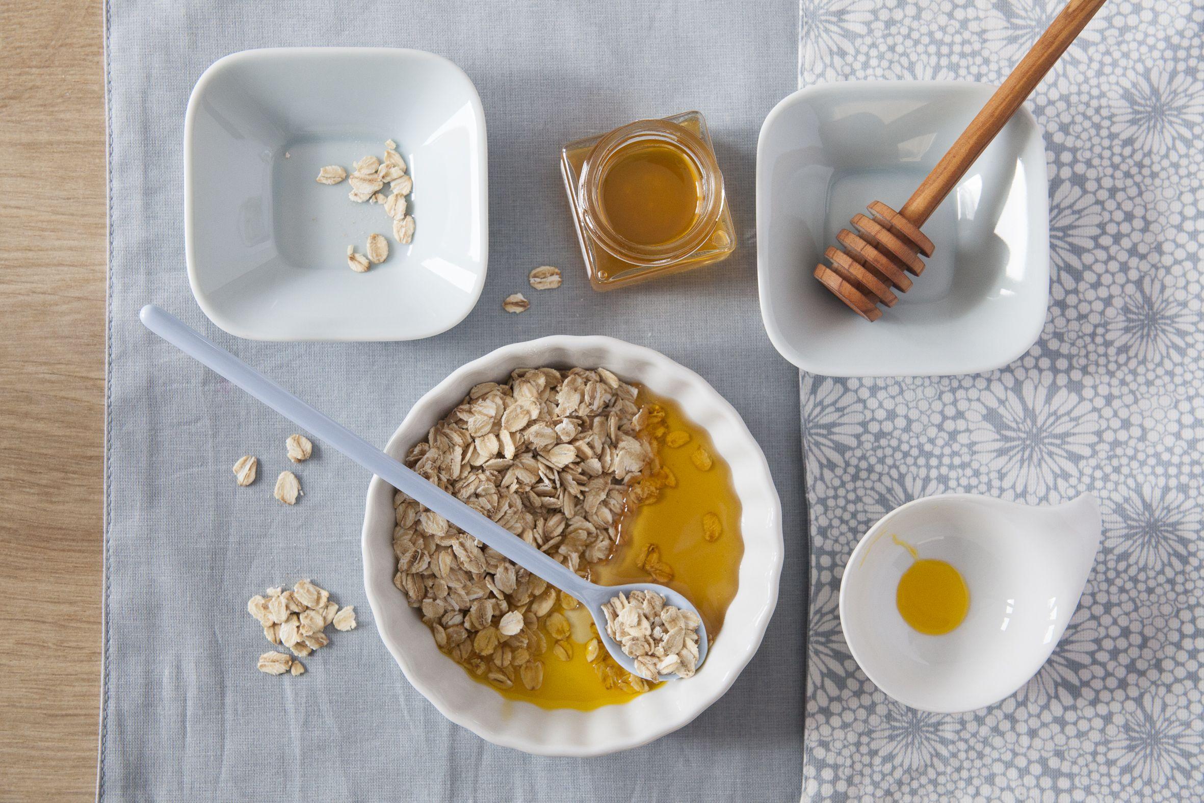 DIY Maske mit Haferflocken. Für ein klares Hautbild das ganze Jahr über sorgt die pflegende und reinigende Peelingmaske mit Haferflocken, Honig und Weizenkeimöl. Haferflocken sind reich an Vitamin B, Honig wird seit Jahrhunderten als Heilmittel eingesetzt und macht die Haut geschmeidig. Weizenkeimöl versorgt die Haut intensiv mit Feuchtigkeit und ist reich an Vitamin E.