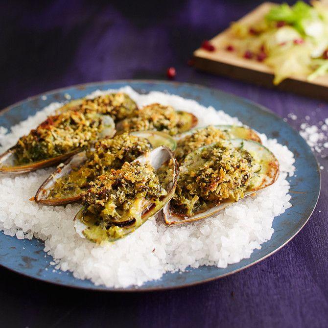 Kun vuodenvaihdetta juhlii pienemmällä porukalla, voi menun tarjoilla buffetin sijaan näyttävinä lautasannoksina ja panostaa esillepanoon oikein kunnolla. Suunnittelimme pienien pirskeiden viiden ruokalajin illallisen, olkaa hyvät!