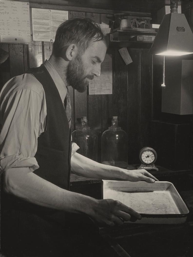 how to use an enlarger in the darkroom