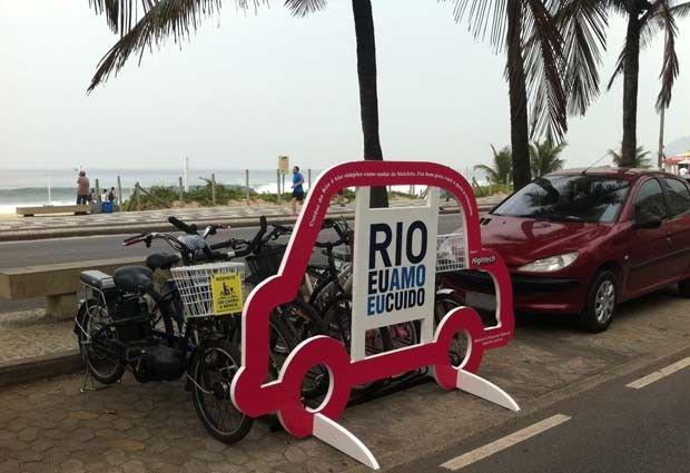 Bicicletário em forma de carro no Rio alerta para uso racional do automóvel  Rio Eu Amo Eu Cuido quer estimular o uso de bicicletas como alternativa.  A orla de Ipanema e o Centro da cidade foram escolhidos para a ação
