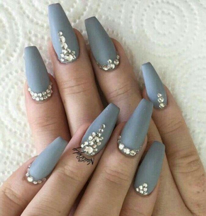 Uñas de acrílico gris mate, con pedrería | nails | Pinterest