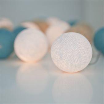 Få in lite ljus i ditt hem med den trendiga ljusslingan Fresh Aqua från det svenska varumärket Irislights. Ljusslingan består av en sladd i plast med fina handgjorda bollar i bomull och polyester i olika färgnyanser. Ljusslingan kan användas på många olika sätt för att skapa unika looks, kanske som en kul väggdekoration, bordsdekoration eller varför inte som mysbelysning i barnrummet