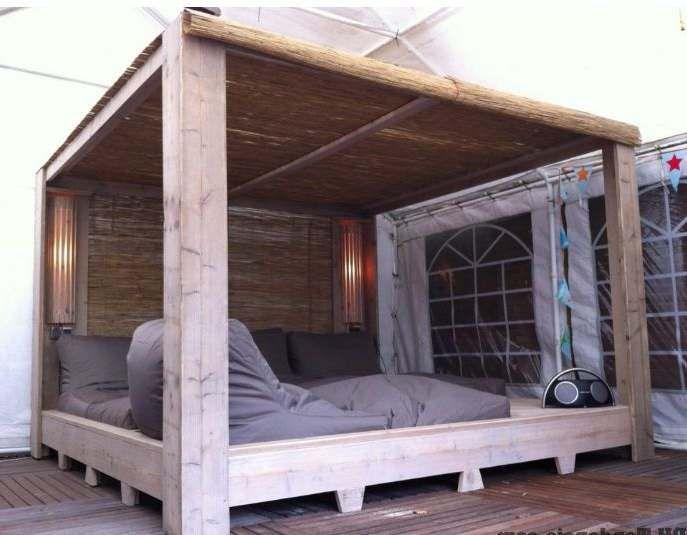 Hemelbed In Slaapkamer : Slaapkamer met hemelbed u stockfoto domkrugom