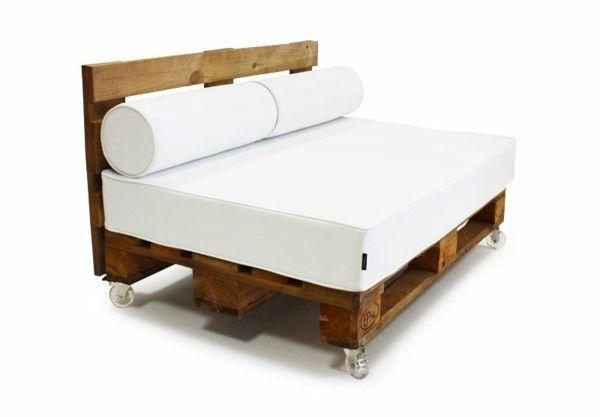 Sofa aus Paletten naturbelassen weiße Auflage | DIY - Do it yourself ...