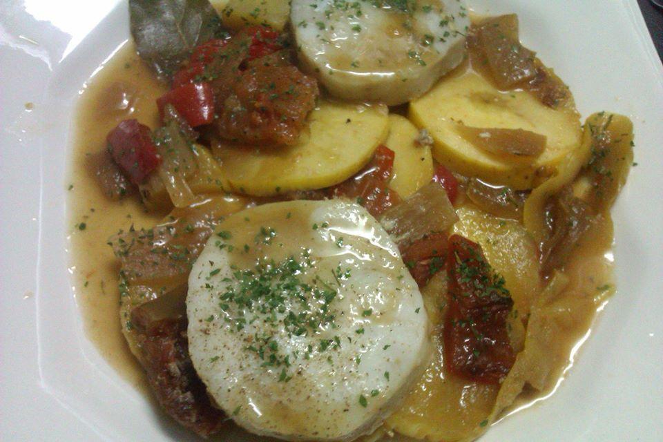 #Merluza cocinada en nuestro Papillote sobre base de #patata, #cebolla y #pimientos #entulinea #adelgazar disfrutando de la comida con #salud #feliz ven a conocernos