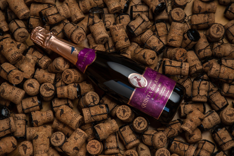 Quinta dos Abibes lança Espumante Rosé Baga Bruto 2018. Límpido, de bolha fina e persistente, tem um aroma a frutos vermelhos com predominância de groselha, mirtilo e morango.     #vinho #wine #espumante #sparklingwine #winelover #ilovewine #portuguesewines #topwines #winemarketing #wines #vinhos #vinhosdeportugal #winetime #wineoclock #marketingdevinhos