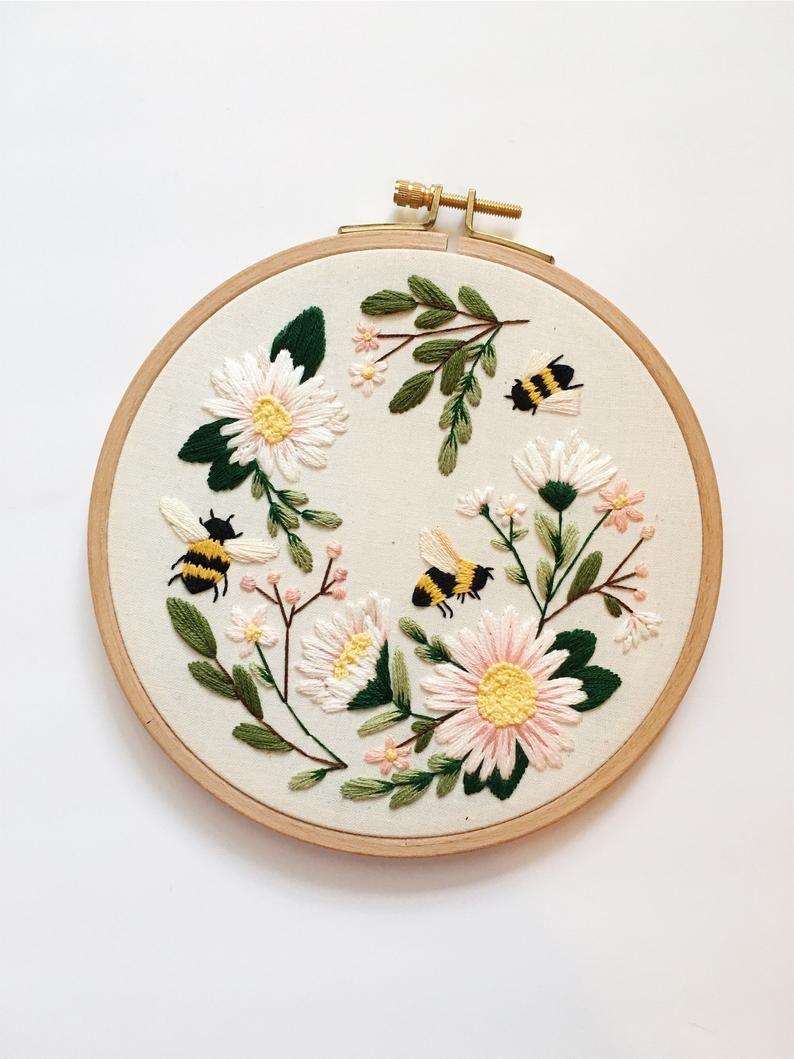 Broderie Bumble Bee, Art mural printemps, broderie abeille, cadeau pour maman, cadeau pour amoureux des abeilles, Bumble Bee Fiber Art, Maggie Jos Studio   – Basteln