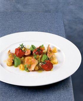 Milchlammkeule mit Wildkräuterpüree, geschmorten Tomaten und kleinen Zwiebeln