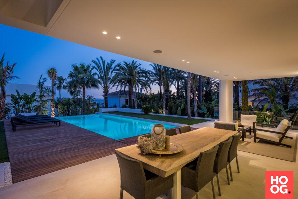 Luxe villa met terrasoverkapping en buitenmeubels | veranda ideas ...