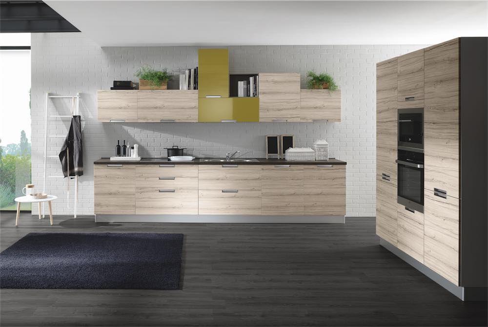 Cucina moderna caratterizzata dalla maniglia in metallo integrata ...