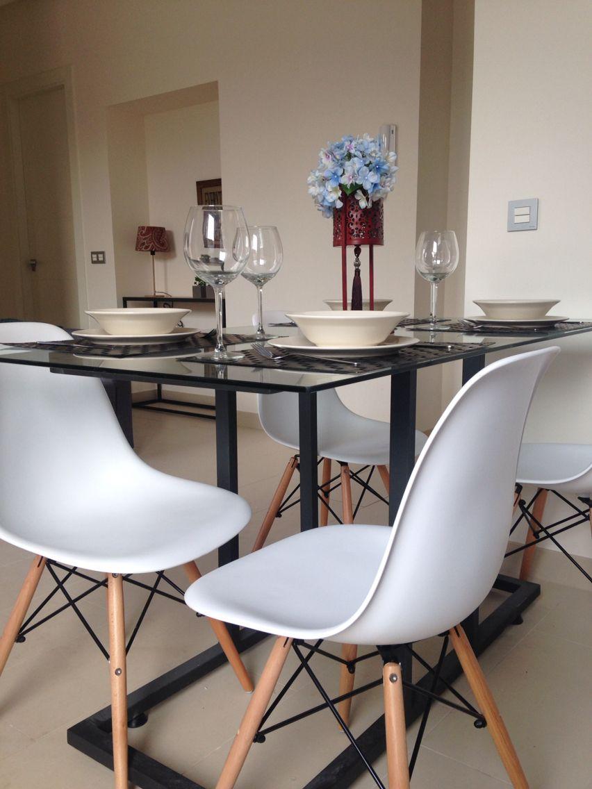 Mesa comedor forja y cristal con sillas DSW. | Apartamentos ...